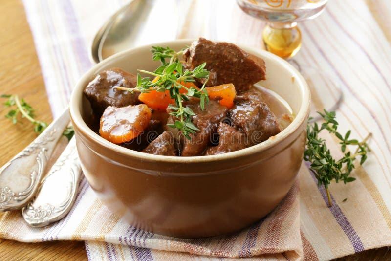 Nötköttgulasch (ragu) med grönsaker och örter royaltyfri foto