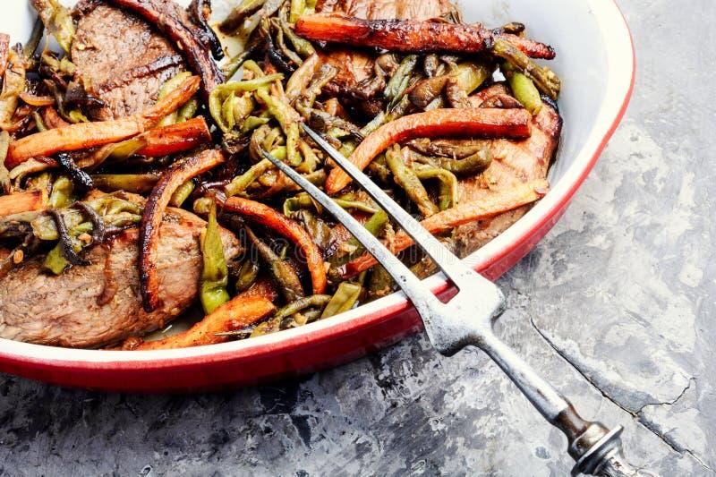 Nötköttkött som låtas småkoka med grönsaker royaltyfri bild