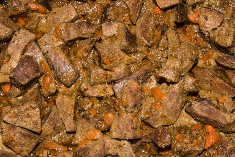 Nötköttlever som stekas med morötter royaltyfri fotografi