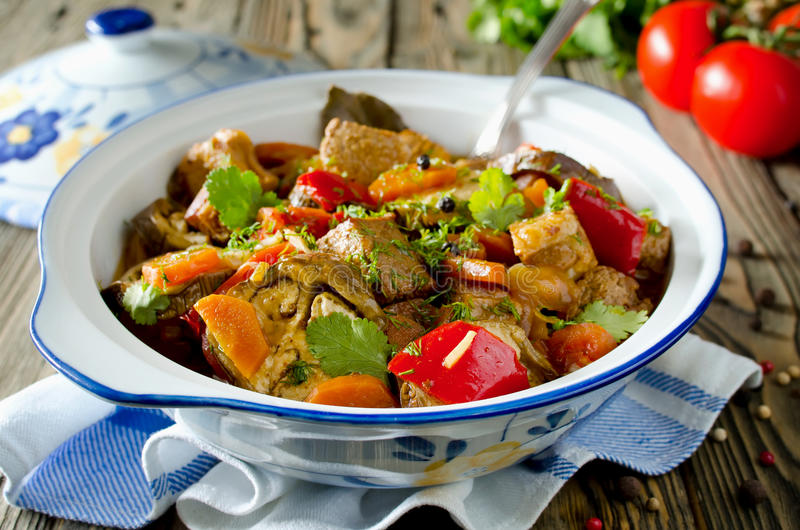 Nötköttragu med grönsaker royaltyfria foton