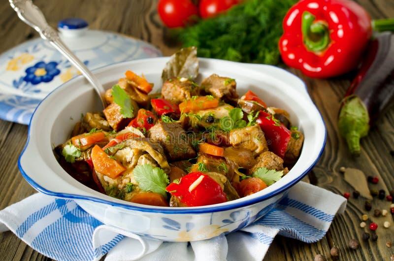 Nötköttragu med grönsaker arkivbilder