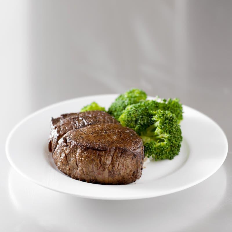 Nötköttsteakfilé med broccoli royaltyfria foton
