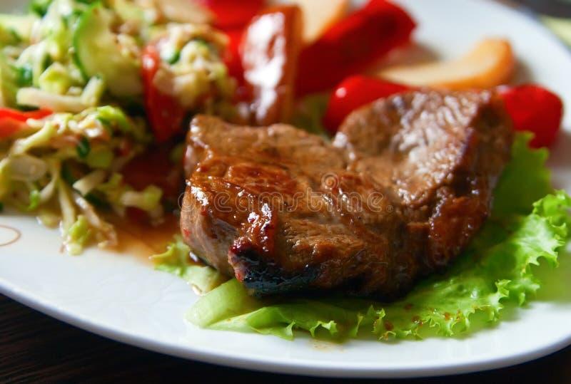 nötköttsteakgrönsaker arkivbilder