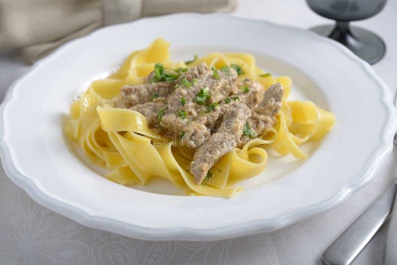 NötköttStroganoff med pasta arkivfoto