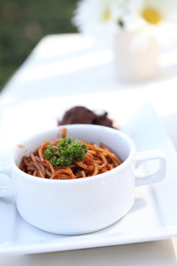 Nötköttstroganoff med spagetti royaltyfria bilder