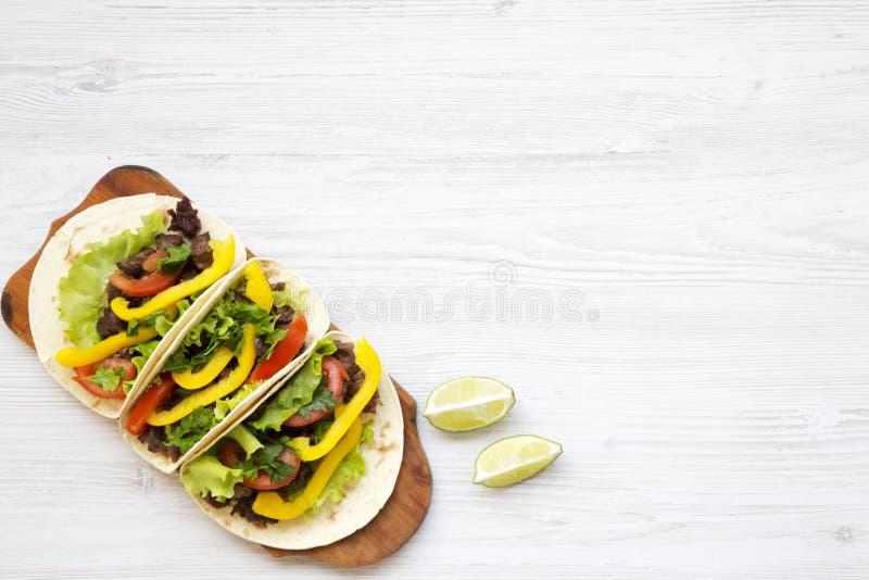 Nötkötttaco med sallad och peppar Top beskådar Från över över huvudet arkivfoto