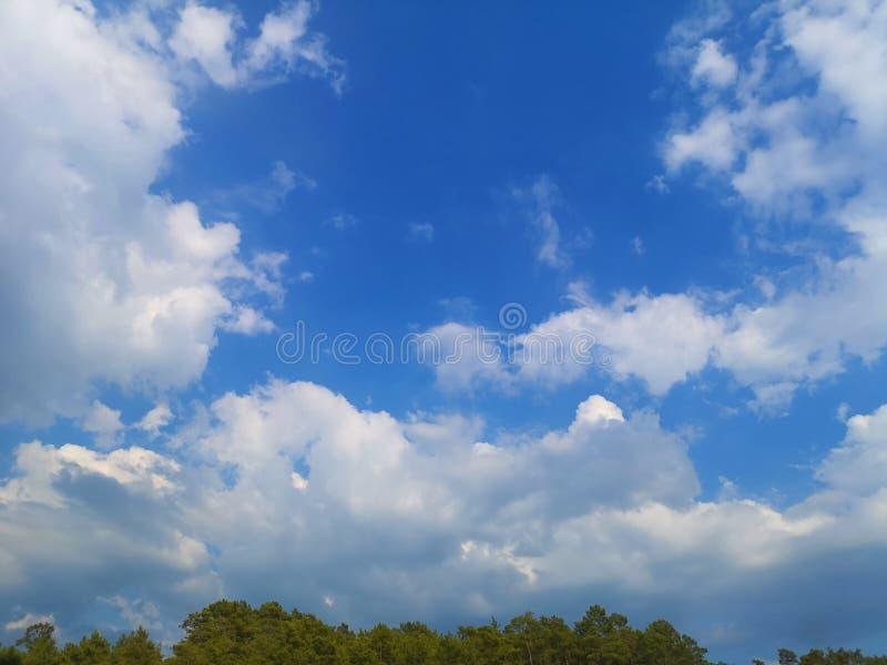 Núblese el cúmulo de la altitud del vuelo del aeroplano, el tiempo de la atmósfera foto de archivo
