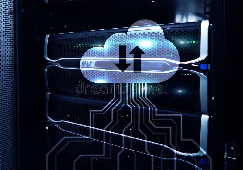 Núblese el servidor y computación, almacenamiento de datos y proceso Concepto de Internet y de la tecnología foto de archivo
