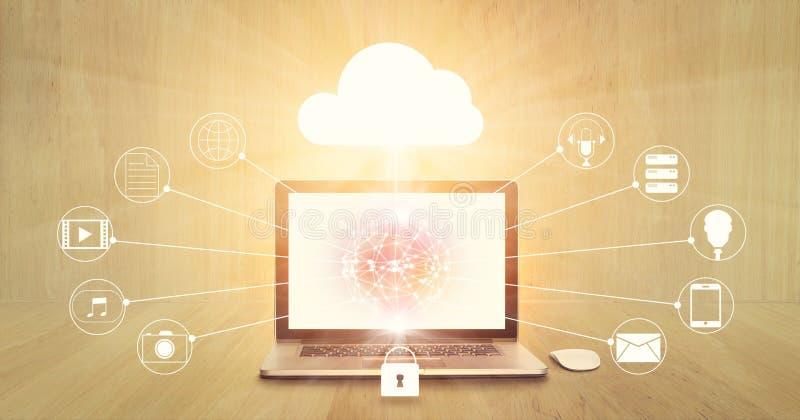 Núblese la computación, el ordenador portátil con el círculo global en la pantalla y la conexión de red del icono imagen de archivo libre de regalías