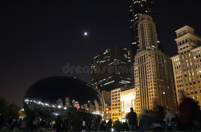 Núblese la escultura de la puerta, la haba, refleje los edificios en la noche, parque del milenio, Chicago del horizonte foto de archivo libre de regalías