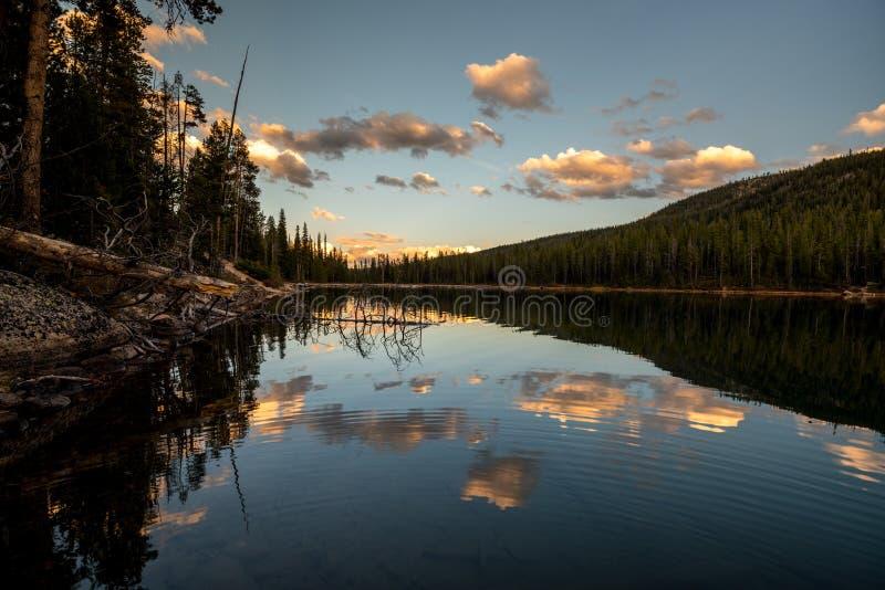 Núblese las reflexiones de la tarde en un lago de la montaña de Idaho foto de archivo