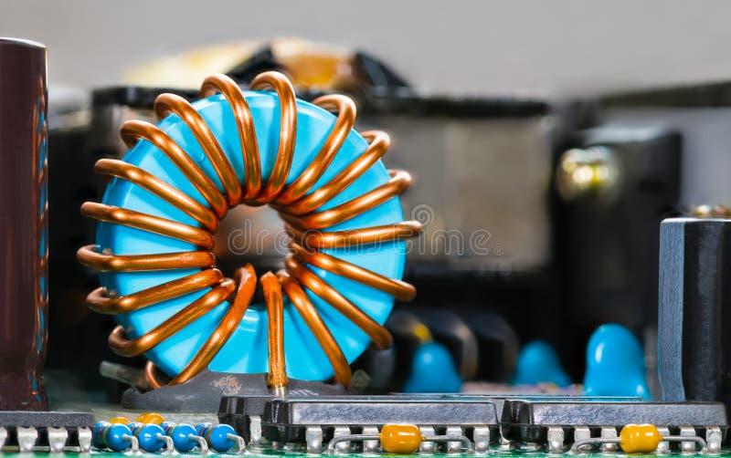 Núcleo azul da bobina com enrolamento e circuitos integrados do fio de cobre imagem de stock royalty free