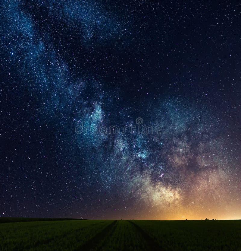Núcleo da galáxia da Via Látea sobre a trilha no campo fotos de stock royalty free