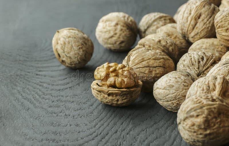 Núcleo da noz com shell no contexto de madeira alimento saudável para o cérebro Fundo da noz imagem de stock royalty free