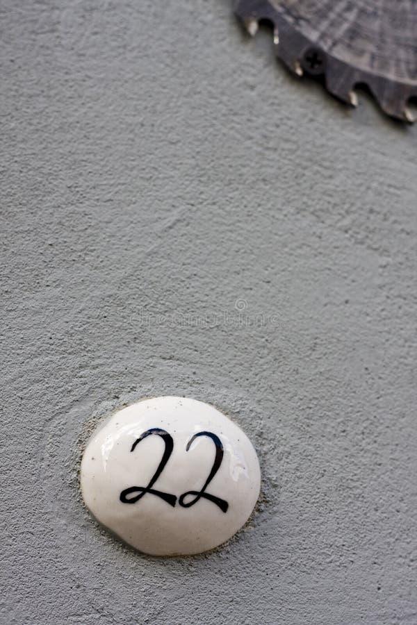 Número 22 em uma parede imagens de stock