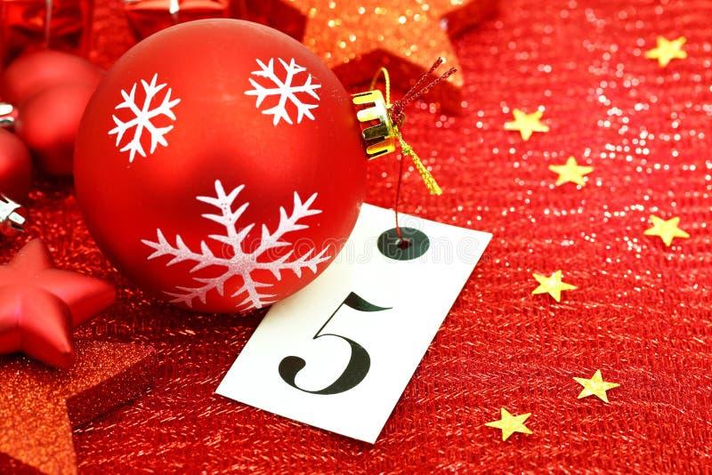 Número cinco na etiqueta e nos ornamets do Natal imagem de stock royalty free