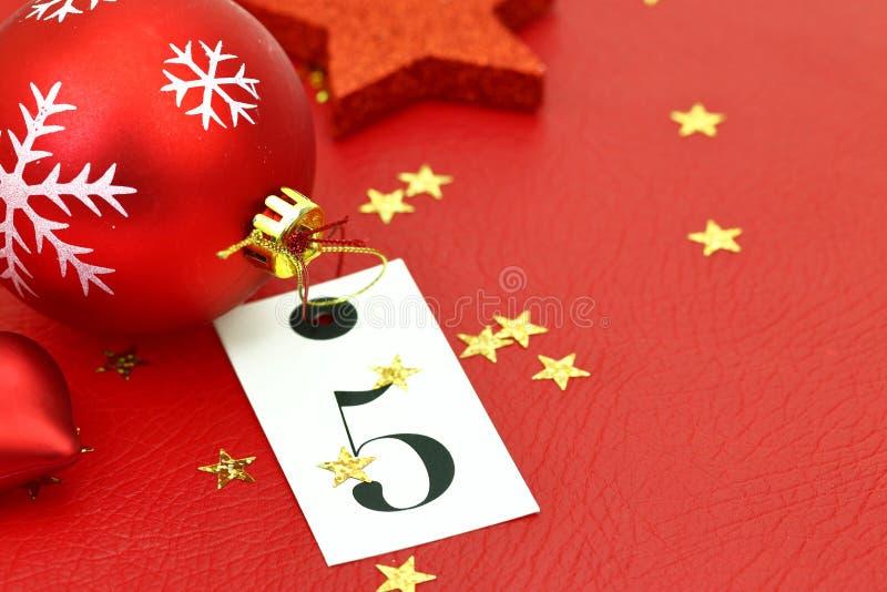 Número cinco na etiqueta e nos ornamets do Natal fotos de stock royalty free