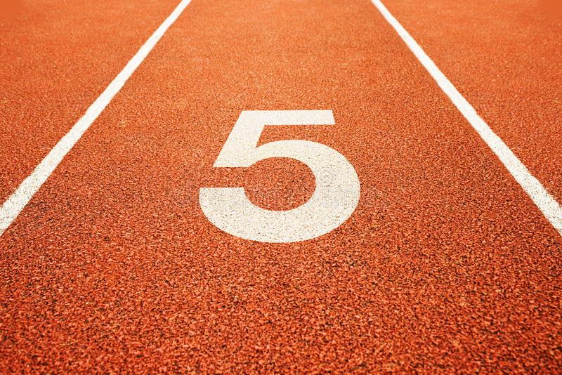 Número cinco na pista de atletismo imagem de stock royalty free