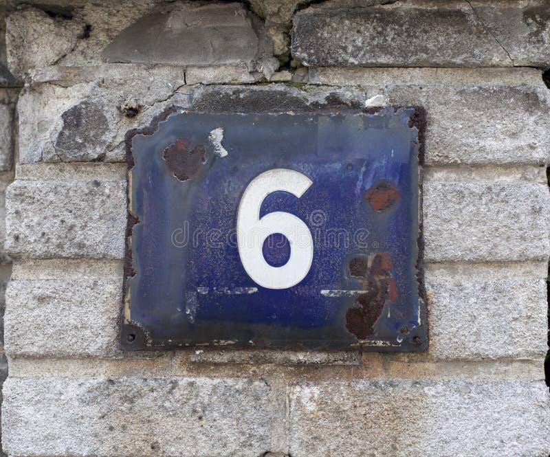 Número da casa na parede de tijolo imagem de stock royalty free
