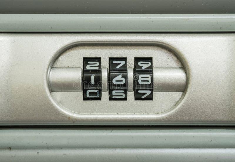 Número de código do close up para o fechamento o fundo velho da mala de viagem imagem de stock