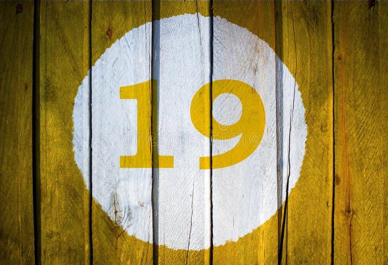 Número de casa o fecha civil en el círculo blanco en el amarillo entonado imágenes de archivo libres de regalías