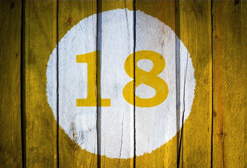 Número de casa o fecha civil en el círculo blanco en el amarillo entonado fotos de archivo