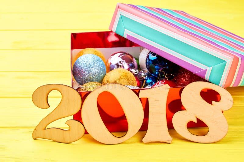Número de madera 2018 y caja con las bolas de la Navidad imágenes de archivo libres de regalías