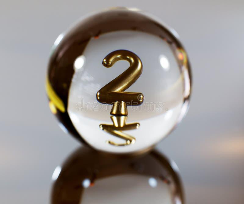 Número 2 de uma vela na reflexão da bola de cristal fotografia de stock