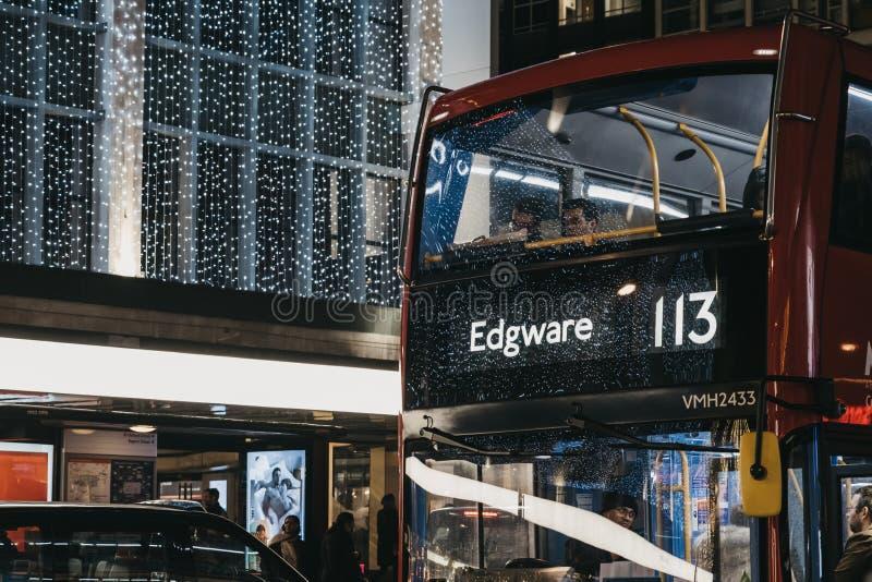 Número 113 del autobús rojo de dos pisos hacia Edgware en Oxford Street, Londres, Reino Unido foto de archivo libre de regalías