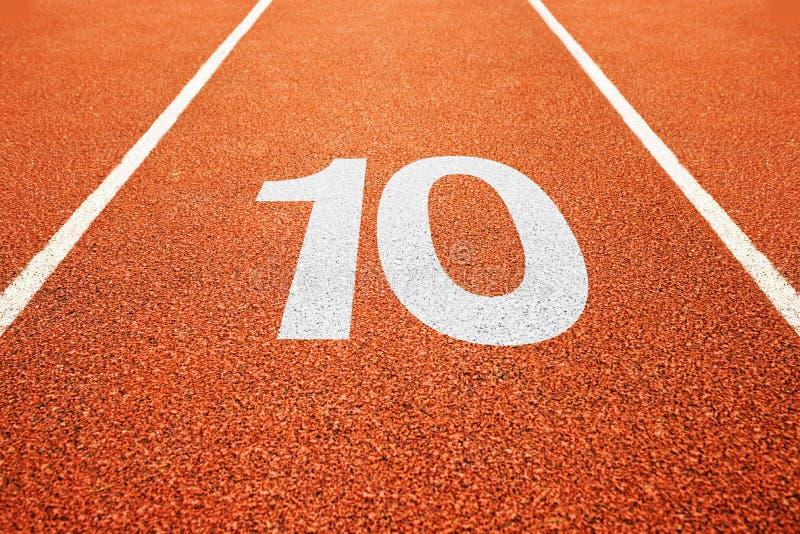 Número dez na pista de atletismo fotos de stock