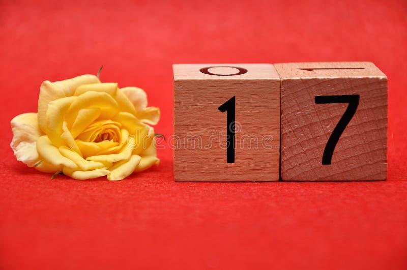 Número diecisiete con una rosa amarilla fotografía de archivo