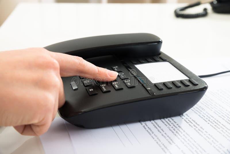 Número discado do empresário no teclado do telefone imagem de stock royalty free