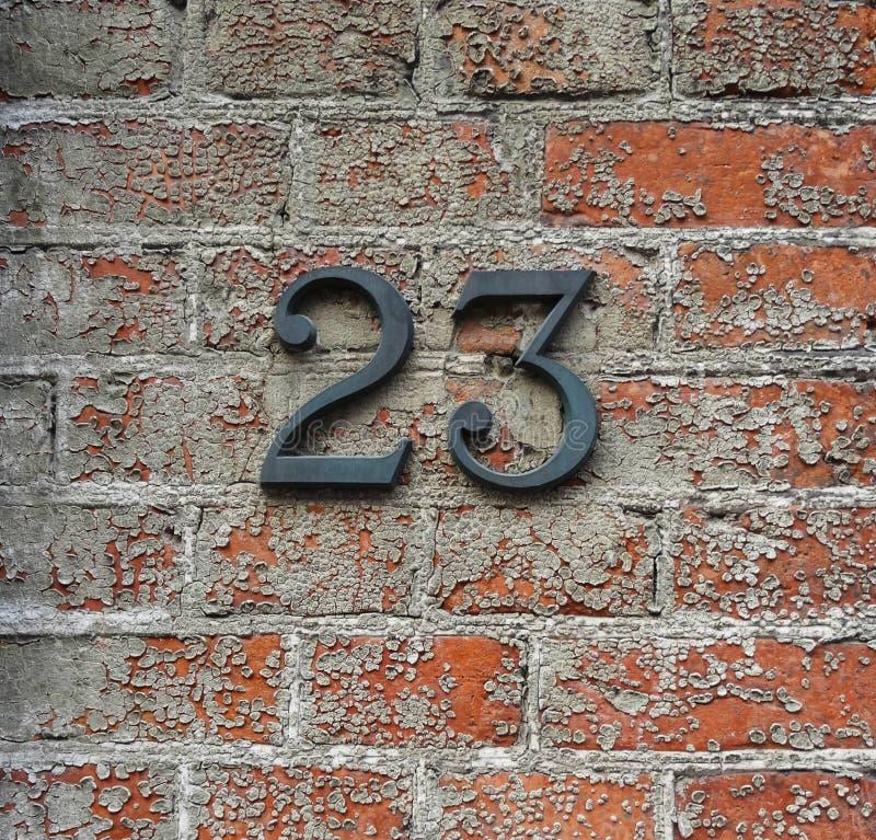 Número 23 em uma parede fotos de stock