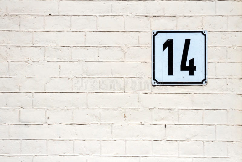 Número 14 em uma parede foto de stock
