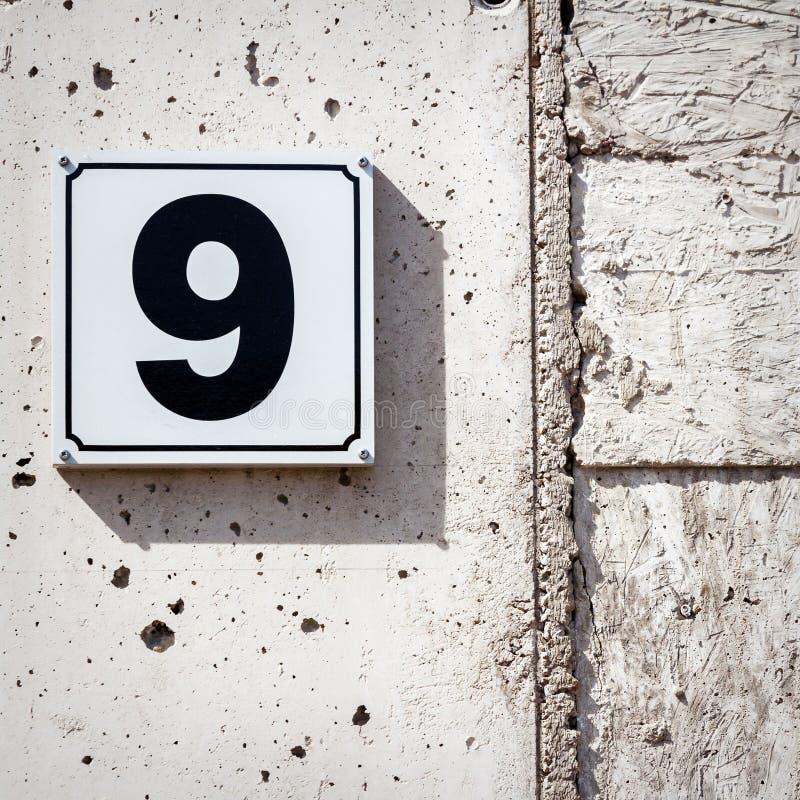 Número 9 em uma parede foto de stock
