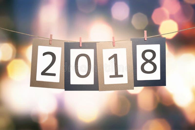 número 2018 en el cartón para la ejecución del Año Nuevo en cuerda imagenes de archivo
