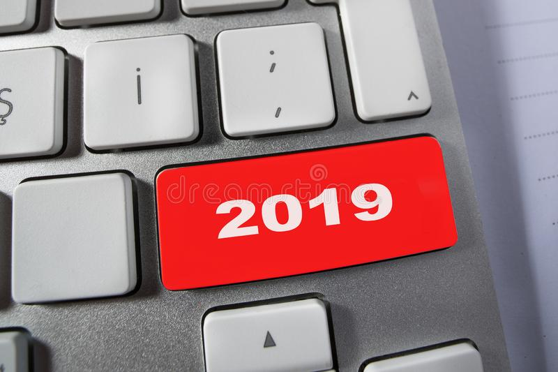 número 2019 en el teclado de ordenador imágenes de archivo libres de regalías