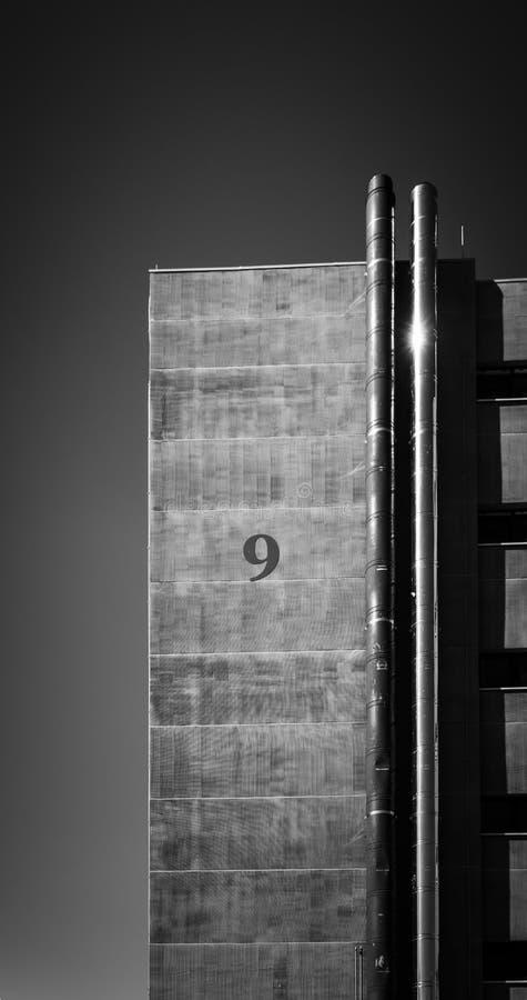 Número 9 en la fachada de un edificio Universidad Técnica Checa, Petrin, Praga (República Checa) fotografía de archivo