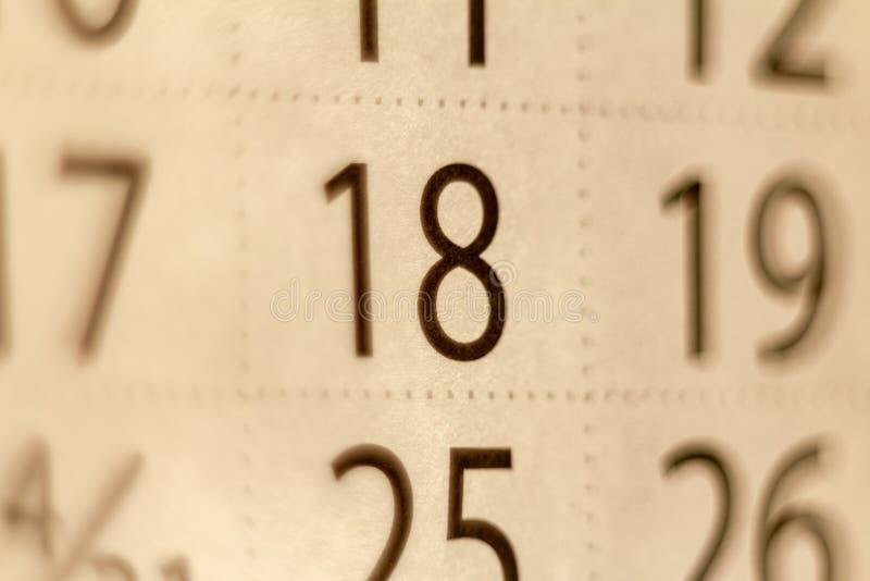 número 18 en la hoja del calendario foto de archivo