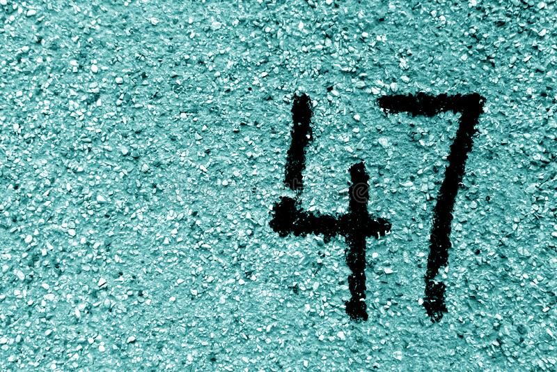 Número 47 en la pared del cemento en plantilla en tono ciánico ilustración del vector