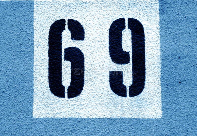 Número 69 en la pared del cemento en plantilla en tono de los azules marinos ilustración del vector