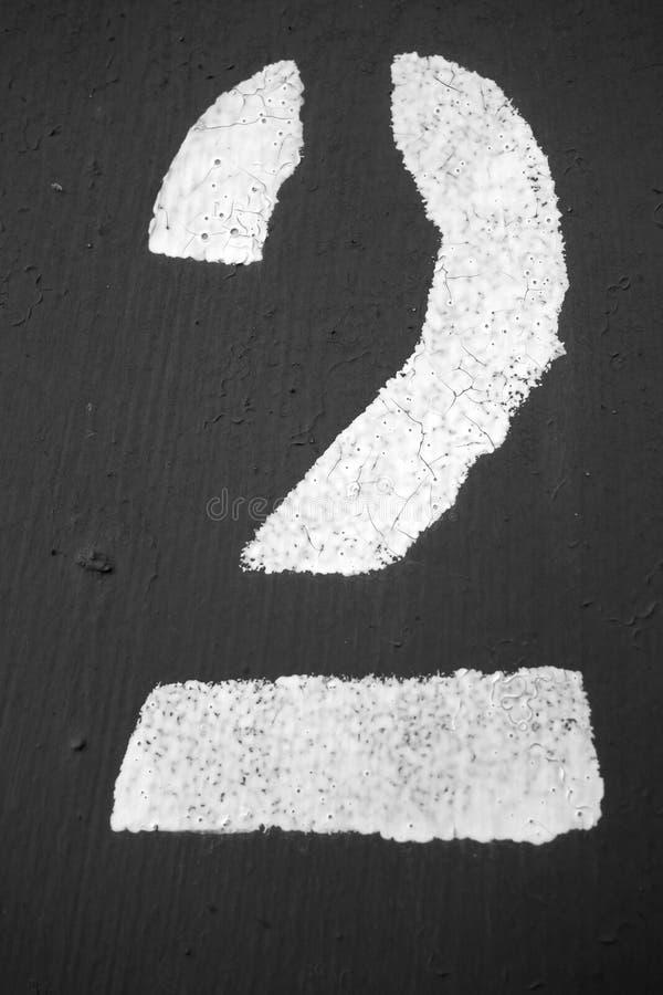 Número 2 en plantilla en la pared del metal en blanco y negro ilustración del vector