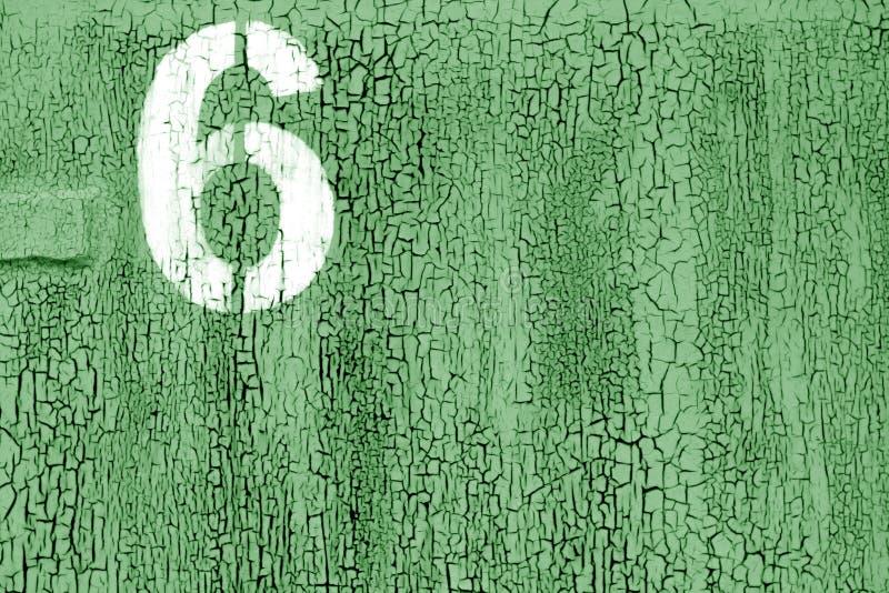 Número 6 en plantilla en la pared oxidada del metal en color verde ilustración del vector