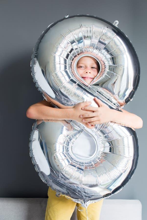 Número feliz del impulso del muchacho pared gris de 8 cumpleaños foto de archivo libre de regalías