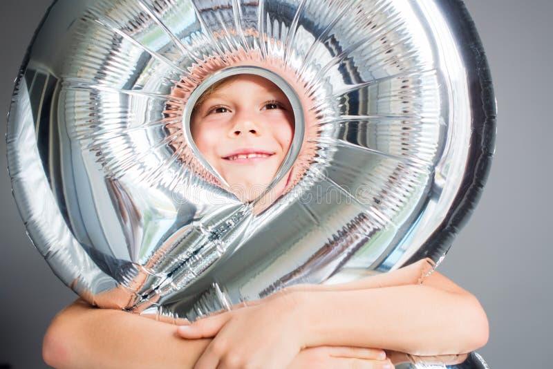 Número feliz del impulso del muchacho pared gris de 8 cumpleaños imagen de archivo
