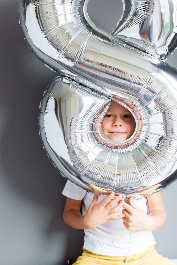Número feliz del impulso del muchacho pared gris de 8 cumpleaños imagen de archivo libre de regalías