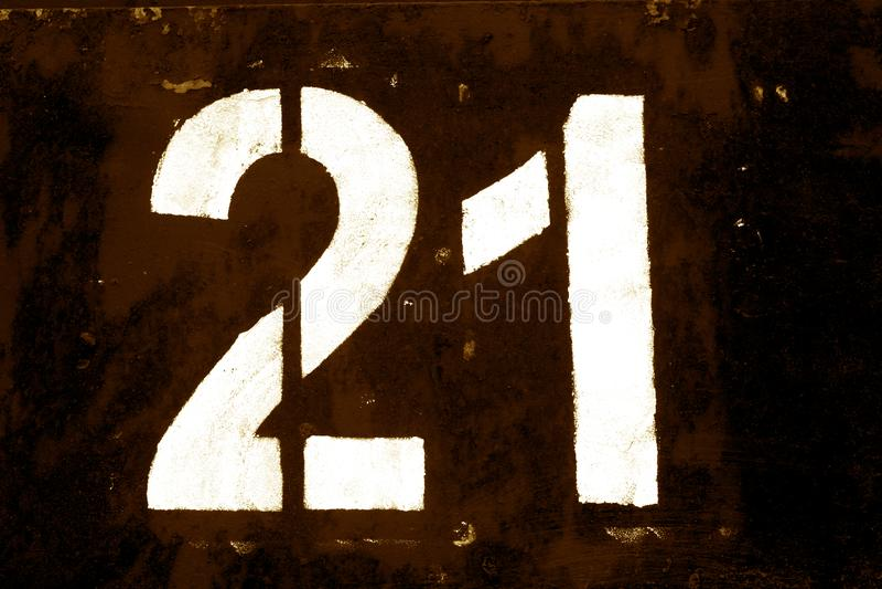 Número 21 no estêncil na parede do metal no tom marrom ilustração stock