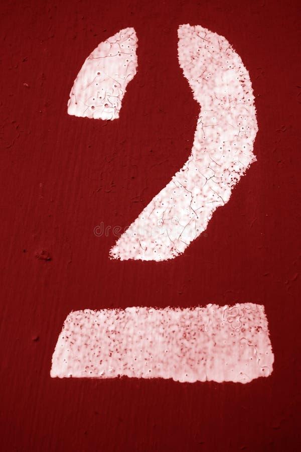 Número 2 no estêncil na parede do metal no tom vermelho ilustração do vetor