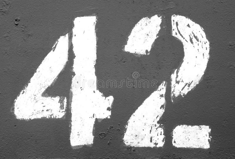 Número 42 no estêncil na parede oxidada do metal em preto e branco ilustração stock