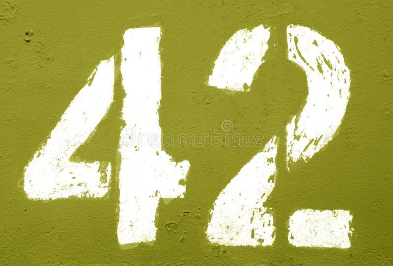 Número 42 no estêncil na parede oxidada do metal no tom amarelo ilustração royalty free